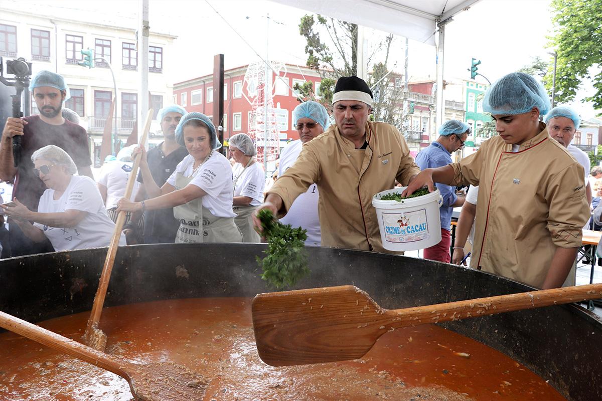 10/Confeccao-do-maior-arroz-de-sardinha-do-mundo.jpg