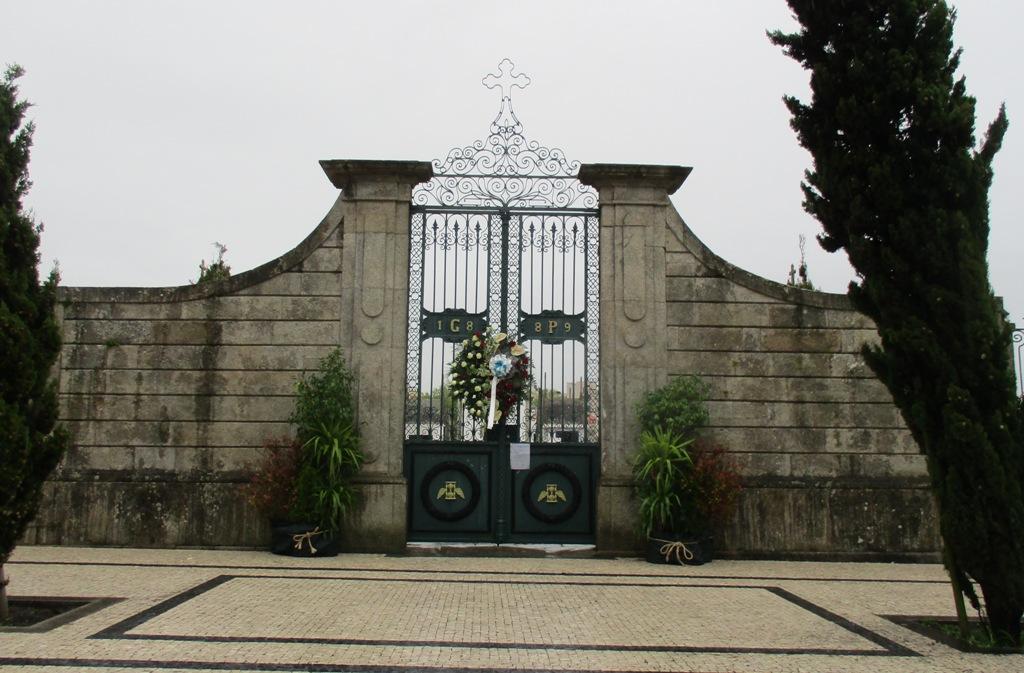 Portas dos Cemitérios decoradas com Flores