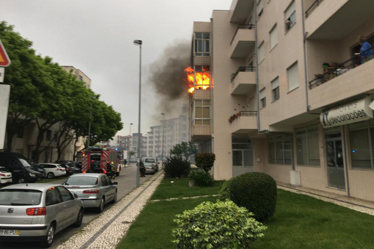 Apartamento Destruído por Incêndio e Quatro Pessoas Hospitalizadas