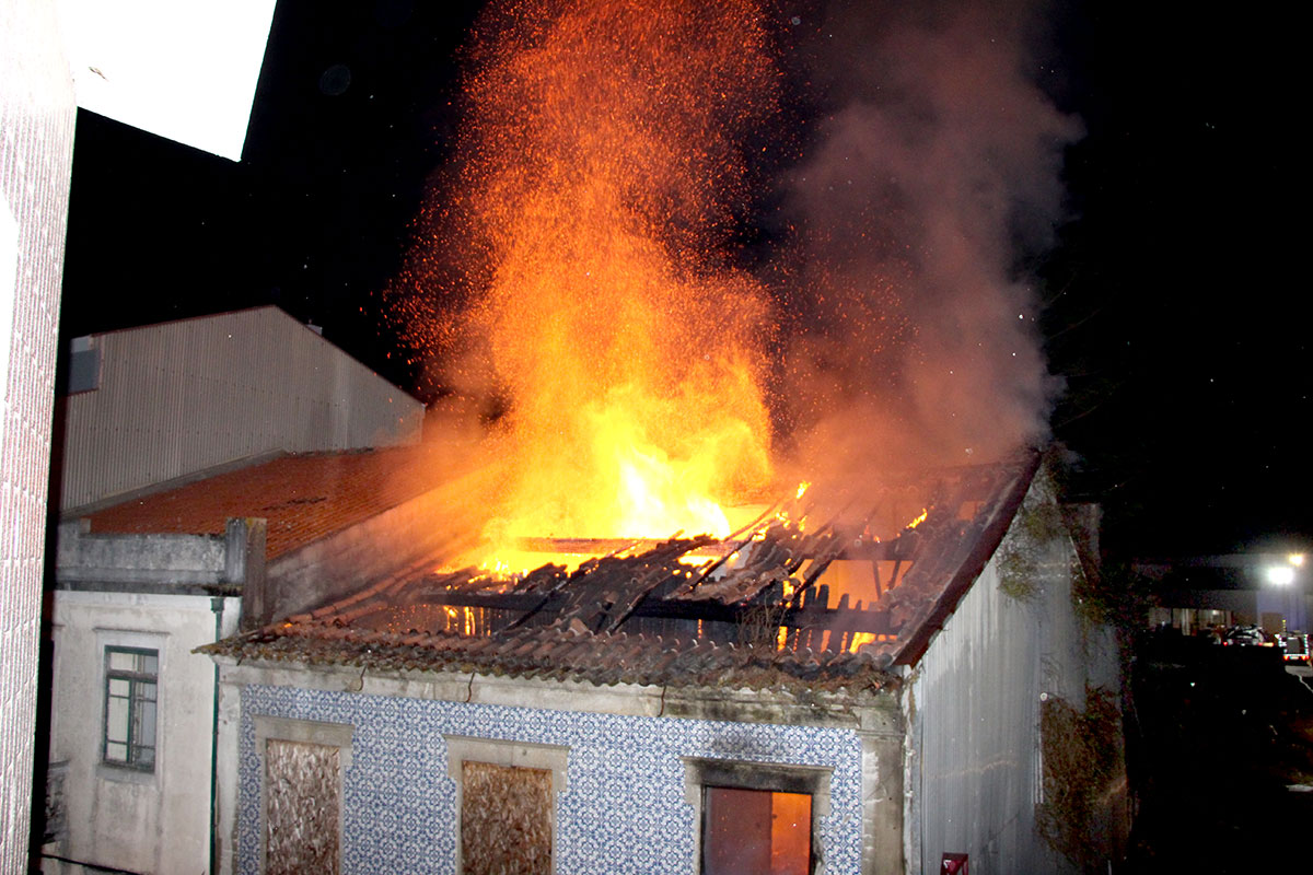Incêndio em Casa Devoluta Provoca uma Vitima Mortal