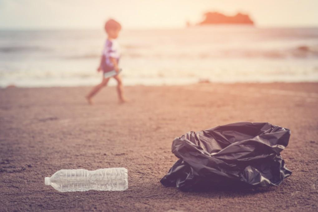 Escola dos Serviços realiza limpeza de praia da Antiga Carreira do Tiro