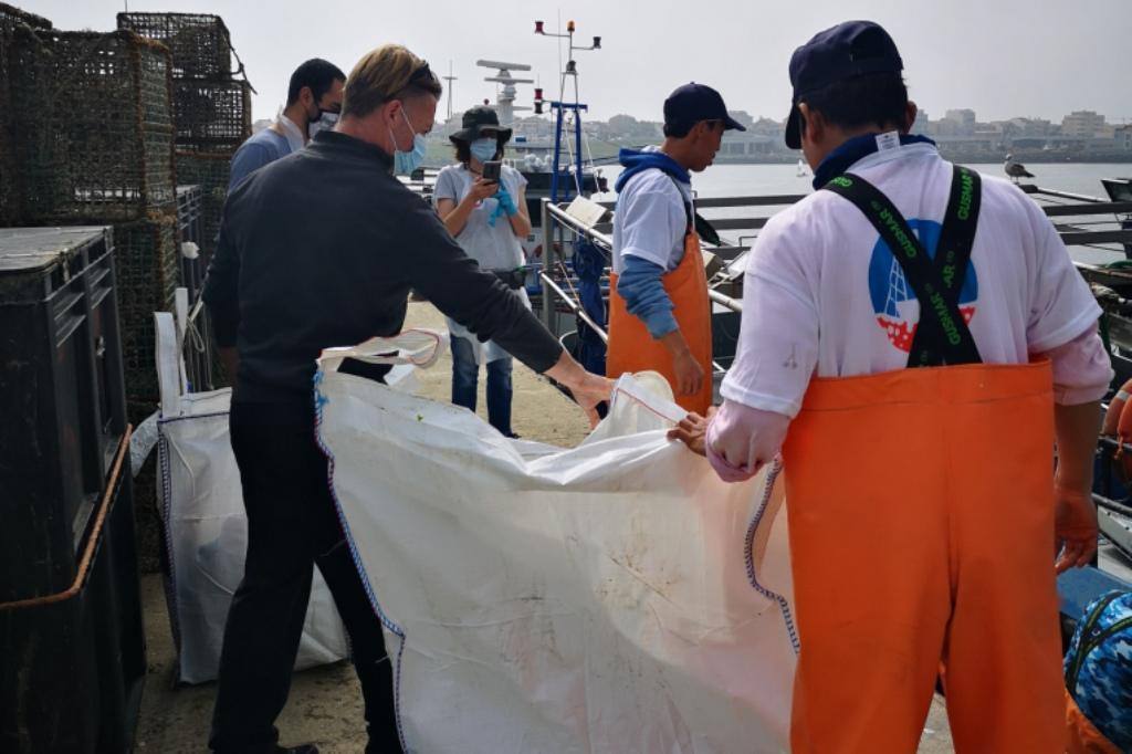 Pró-Maior Organiza Recolha de Lixo Marinho e Pescadores Colaboram